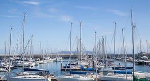游艇停泊在小游艇船坞 免版税库存照片