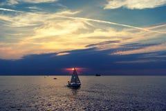 游艇到日落的海 免版税库存照片