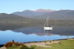 游艇和反射,蒂阿瑙湖,新西兰 库存图片