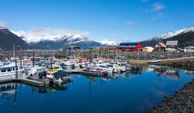 游艇和商业捕鱼业小船混合物在一个沿海城市在阿拉斯加 免版税图库摄影