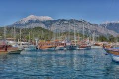 游艇和在口岸停住的帆船 图库摄影