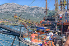 游艇和在口岸停住的帆船 免版税库存图片