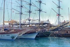 游艇和在口岸停住的帆船 免版税库存照片