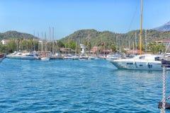 游艇和在口岸停住的帆船 免版税图库摄影
