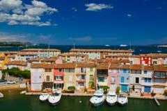 游艇和大厦在口岸Grimaud,法国 免版税图库摄影