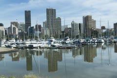 游艇和大厦的反射在寂静的水,德班中 免版税库存图片