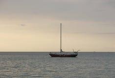 游艇和安静的海 免版税库存图片