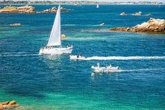 游艇和小船临近Ile deBrehat island海岸  库存图片