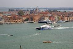 游艇和小船在威尼斯临近驻地Arsenale 从圣乔治Maggiore,威尼斯,意大利教会belltower的鸟瞰图  库存照片