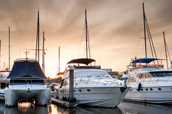 游艇和小船在小游艇船坞在晚上 库存照片