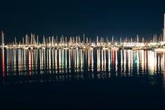 游艇和小船在拉斯佩齐亚小游艇船坞在与反射的晚上 免版税库存图片