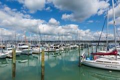 游艇和小船在港口奥克兰新西兰 库存图片