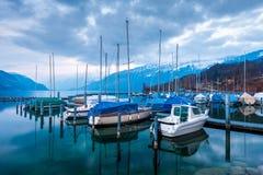 游艇和小船在湖图恩Bernese的Oberland, Switzer 免版税库存图片