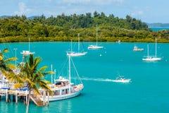 游艇和小船在热带小游艇船坞 图库摄影