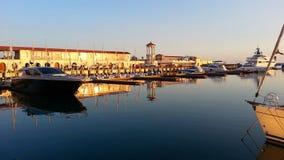 游艇和小船在码头,反射在水中 免版税图库摄影