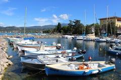 游艇和小船在Cisano怀有,湖加尔达。 免版税图库摄影