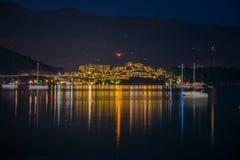 游艇和小船所有者为一顿浪漫晚餐航行了岸上在餐馆 库存照片