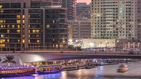 游艇和小船有停留在shoping的购物中心附近和通过在一座桥梁下的游人的在迪拜小游艇船坞区天 股票视频