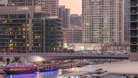 游艇和小船有停留在shoping的购物中心附近和通过在一座桥梁下的游人的在迪拜小游艇船坞区天 影视素材