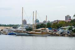 游艇和小船的小游艇船坞在内塞伯尔联合国科教文组织世界遗产名录镇  库存照片