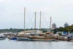 游艇和小船的小游艇船坞在内塞伯尔联合国科教文组织世界遗产名录镇  免版税图库摄影