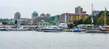 游艇和小船的小游艇船坞在内塞伯尔联合国科教文组织世界遗产名录镇  免版税库存图片