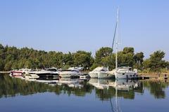 游艇和小船镜子视图  免版税图库摄影