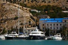 游艇和小船靠了码头在码头在Balaklava 免版税库存照片