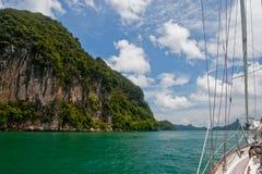 游艇和岩石 免版税图库摄影