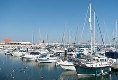 游艇和帆船在港口停泊了 库存图片
