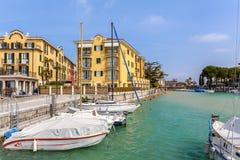 游艇和旅馆在西尔苗内,意大利 免版税库存图片