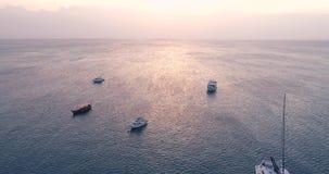 游艇和渔船鸟瞰图在日落的蓝色海在夏天 影视素材