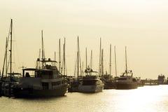游艇和码头在黄昏 免版税库存图片