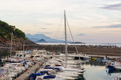 游艇和钓鱼海港-马拉泰亚 免版税库存图片