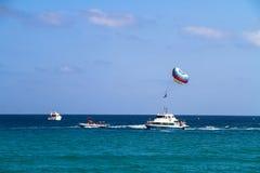 游艇和降伞 免版税库存照片
