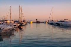 游艇和风船在晚上太阳停泊了 免版税库存照片