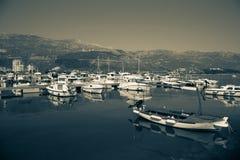 游艇和风船在港口 库存图片