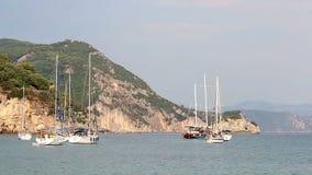 游艇和风船在爱奥尼亚海Parga 股票录像
