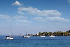 游艇和风船科孚岛海岛 免版税库存照片