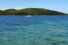 游艇和绿宝石爱奥尼亚海 免版税库存照片