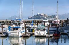 游艇和Alcatraz 库存照片