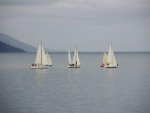 游艇在一风雨如磐的多云天 免版税库存照片