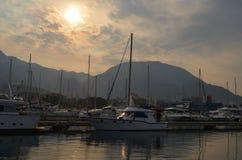 游艇在克罗地亚人停泊了里维埃拉小游艇船坞日落的 免版税库存图片