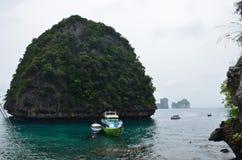 游艇在回合i的背景的安达曼海 免版税图库摄影