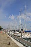 游艇在圣附近在圣乔治Maggiore海岛上的乔治Maggiore教会的威尼斯  意大利 免版税库存照片