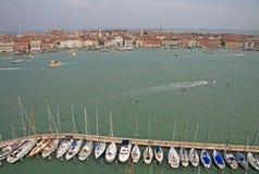 游艇在圣附近在圣乔治Maggiore海岛上的乔治Maggiore教会的威尼斯  意大利 图库摄影
