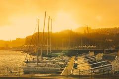 游艇在日落的丰沙尔小游艇船坞 图库摄影