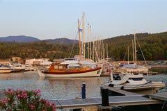 游艇在日落的小游艇船坞 免版税库存图片