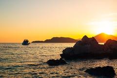 游艇在日落的海运 一条游艇的剪影在backgro的 免版税库存照片