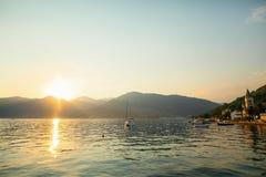 游艇在日落的海运 一条游艇的剪影在backgro的 库存照片